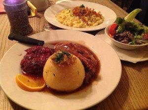 A Portion Schloßhofente und Kässpatzn mit an kloana Salat - einfach guat! (© szenemuc)