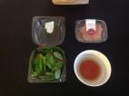 Babymangold, Lachs, Traubenkernöl mit Rotweinessig (© szenemuc)