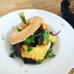 Gerösteter Bagel mit Rührei, Avocadocreme, Frischkäse & Salat